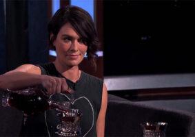 Cersei Lannister bebe vinho com Jimmy Kimmel