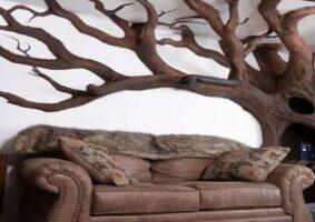 Artista cria árvore para seu gato na sala de casa