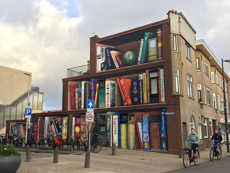 Mural de estante de livros gigante traz livros preferidos da vizinhança