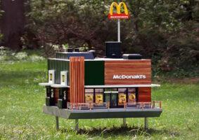 O menor McDonalds do mundo é uma colmeia