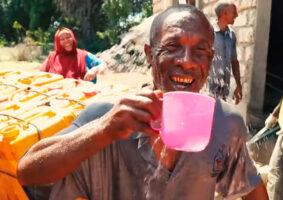 ONG cria usina solar que limpa água do oceano no Quênia