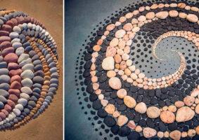 Artista combina pedras da praia para criar figuras geométricas