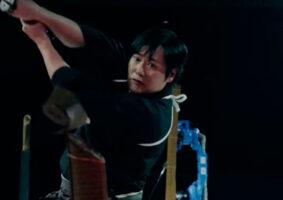 Vídeo mostra performance de espada com um robô