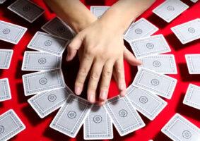 Ignorando a física com cartas em stop-motion