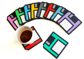 Porta-copos de disquete com visual em pixels