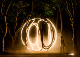 O globo iluminado na floresta da artista Ling-Li Tseng