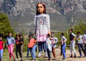 Enorme boneco viajará 8 mil km em conscientização sobre a crise dos refugiados