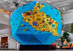 Globo gigante de LEGO traz criações de 430 crianças de 30 países