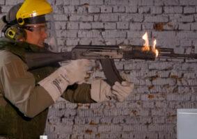 Um russo lunático disparando uma AK até a arma pegar fogo