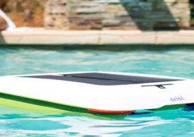 Um robô limpador de piscina que limpa melhor que humanos