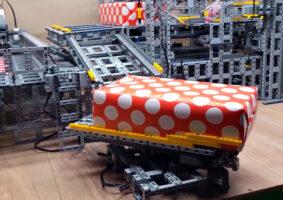 Uma máquina de embrulhar de LEGO automática