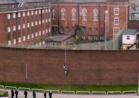 A arte de Banksy na prisão e o vídeo do Bob Ross
