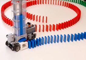 Uma Máquina LEGO de Dominó movida por controle remoto